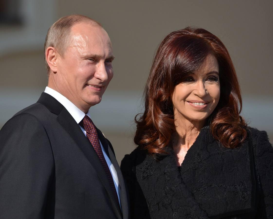 MOS32 SAN PETERSBURGO (RUSIA), 05/09/2013.- La presidenta argentina, Cristina Fernandez de Kirchner (d), es recibida por el presidente ruso, Vladimir Putin, a su llegada a la cumbre del G20 que se celebra en el Palacio de Constantino de San Petersburgo, Rusia, hoy, jueves 5 de septiembre de 2013. EFE/Alexey Kudenko / POOL